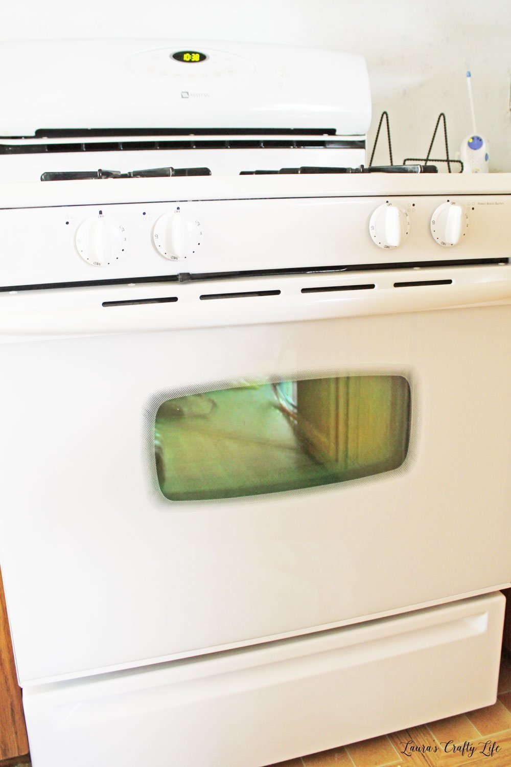 How to deep clean your stove top and oven - part of 31 days of deep cleaning your home. #laurascraftylife #clean #kitchen