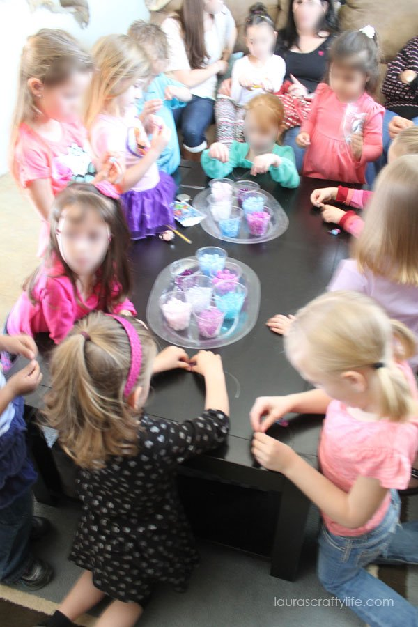 making bracelets at Frozen party