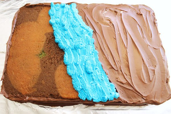 Add water to the middle of the cake using blue icing and a star tip