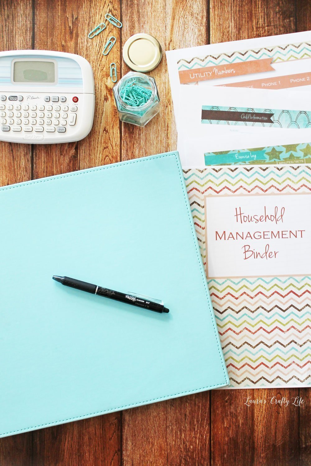 How to set up a Home Management Binder. Get your home under control with a home management binder. Tons of free printables to get you started! #freeprintables #laurascraftylife #homemanagementbinder